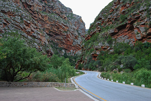 The road through Meiringspoort follows the course of the Groot River