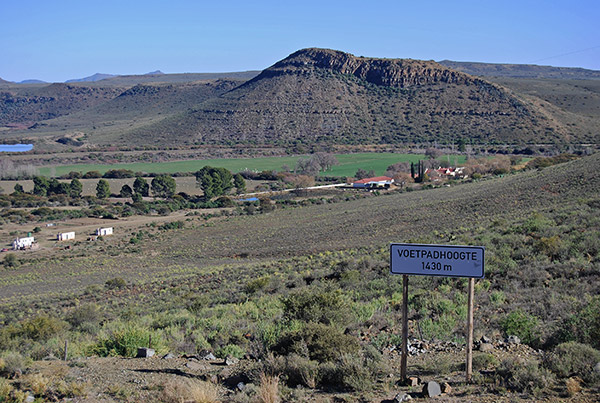 Voetpadhoogte is one of the highest points on the road between Graaff-Reinet and Murraysburg