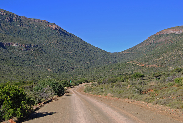 The Buffelshoek Pass links Pearston with Cradock